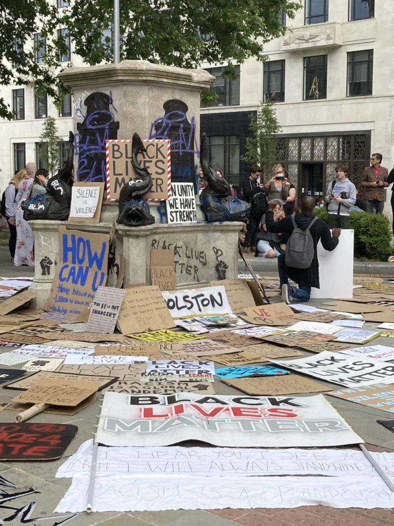 Das Bild zeigt den leeren Sockel der Statue von Edward Colston nach ihrem Sturz im Zuge der Black Lives Matter Proteste.